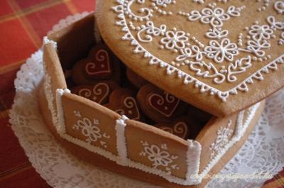 Népies mézeskalács szíves doboz